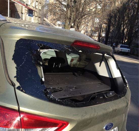 Противостояние нарастает: в Донецке митингующие разбили авто жителю Артемовска