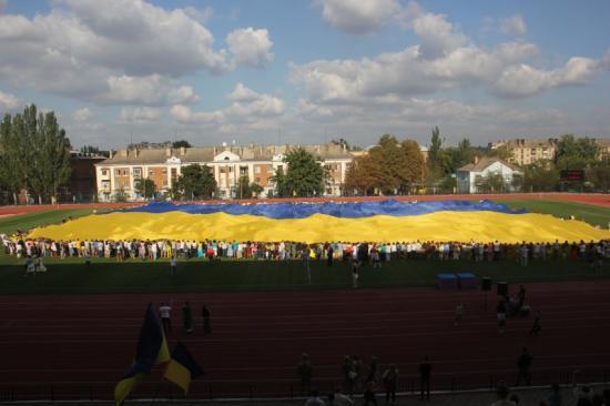 В Артемовске развернули самый большой в мире флаг Украины. 1408868319_img_6463