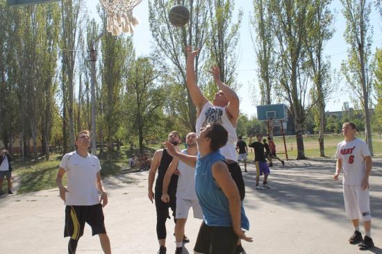 Стритболисты Бахмута-Артемовска закрыли сезон арбузной вечеринкой