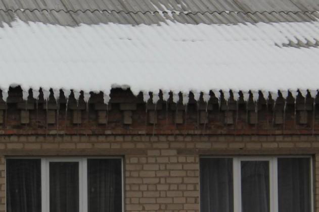 В Доброполье из-за потепления с крыш падает снег и сосульки, фото-2