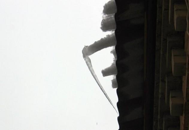 В Доброполье из-за потепления с крыш падает снег и сосульки, фото-1